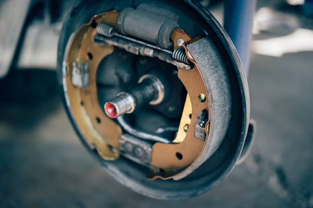 Foto de Drum brake and asbestos brake pads it's a part of car use for stop the car for safety at rear wheel this a new spare part for repair at car garage - Imagen libre de derechos