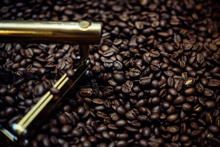 Foto de Coffee beans and roasted coffee beans roasting in roaster coffee beans machine at coffee shop cafe or restaurant - Imagen libre de derechos