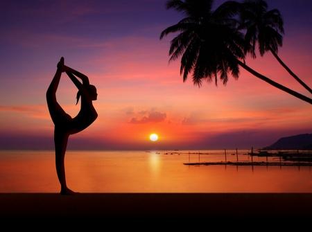 Foto de Yoga girl on sunset - Imagen libre de derechos