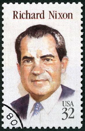 Foto de UNITED STATES OF AMERICA - CIRCA 1995: A stamp printed in USA shows portrait of Richard Milhous Nixon (1913-1994), 37th President of USA, circa 1995 - Imagen libre de derechos