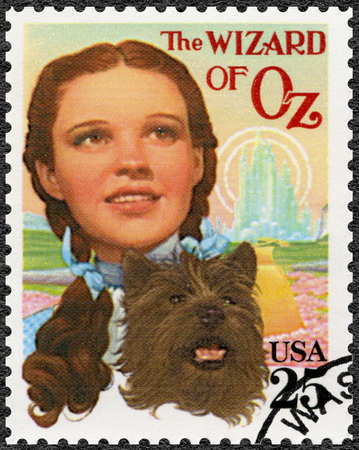 Foto de USA - CIRCA 1990: A stamp printed in USA shows Judy Garland (1922-1969) as Dorothy and Toto, The Wonderful Wizard of Oz, Classic Films, circa 1990 - Imagen libre de derechos