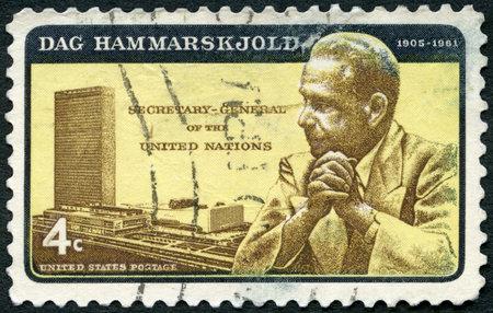 Foto de UNITED STATES OF AMERICA - CIRCA 1962: A stamp printed in USA shows portrait of Dag Hjalmar Agne Carl Hammarskjold (1905-1961) and UN Headquarters, circa 1962 - Imagen libre de derechos