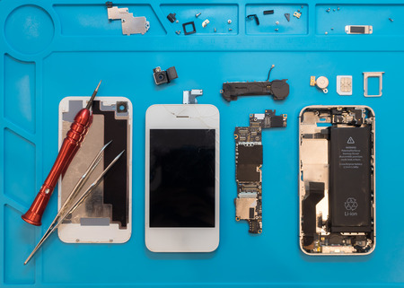 Photo pour Flat lay image of dismantling the broken smart phone for preparing to repair or replace some components, Top view - image libre de droit
