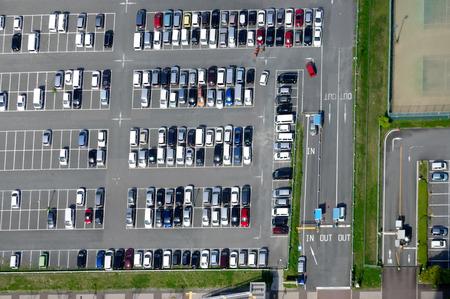 Foto de Aerial view of a parking lot with many cars - Imagen libre de derechos