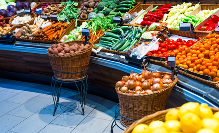 Photo pour grocery counter in the market, such as cabbage, potatoes, carrots, buryak, onions, salad bow and carlik - image libre de droit
