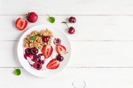 Photo pour healthy breakfast with yogurt, muesli and berries, top view, flat lay - image libre de droit