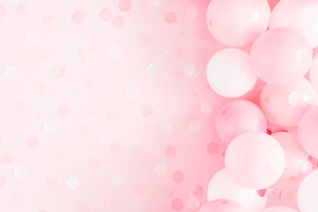Photo pour Balloons on pastel pink background. Frame made of white and pink balloons. Birthday, holiday concept. Flat lay, top view, copy space - image libre de droit