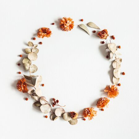 Photo pour Autumn composition. Wreath made of dried flowers, eucalyptus leaves, berries on gray background. Autumn, fall, thanksgiving day concept. Flat lay, top view, copy space, square - image libre de droit