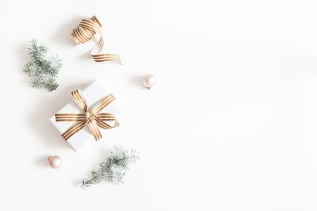 Photo pour Christmas composition. Gift, fir tree branches, balls on white background. Christmas, winter, new year concept. Flat lay, top view, copy space - image libre de droit
