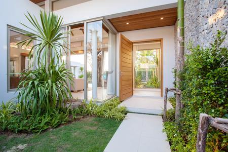 Foto de hallway house with garden - Imagen libre de derechos