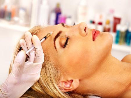 Photo pour Beauty woman giving botox injections. - image libre de droit