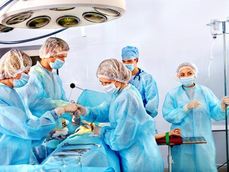 Foto de Team surgeon at work in operating room. - Imagen libre de derechos
