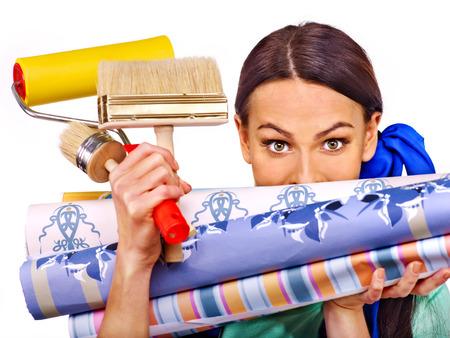 Photo pour Builder woman with roll wallpaper. Isolated. - image libre de droit