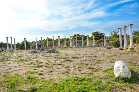 Foto de Group of marble Corinthian columns belonging to the complex of Salamis city ruins in Turkish Northern Cyprus. Taken on a beautiful day with light clouds above. - Imagen libre de derechos