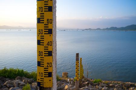 Foto de Drought crisis: Water level gauge or staff Gauge at Krasiew dam, Supanburi. Water meter showing the amount of water in the dam. Water level measurement. - Imagen libre de derechos