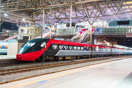 Photo pour High speed train by the railway station - image libre de droit