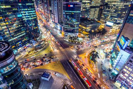 Photo pour Traffic speeds through an intersection at night in Gangnam, Seoul in South Korea. - image libre de droit