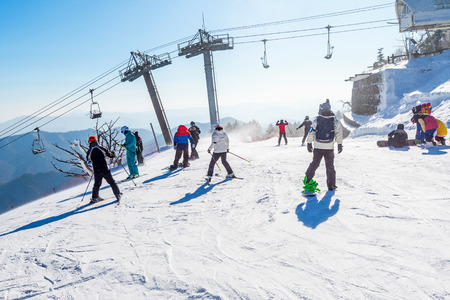 Photo pour DEOGYUSAN,KOREA - FEBRUARY 9: Skier skiing on Deogyusan Ski Resort in winter in South Korea. - image libre de droit