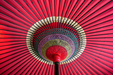 Foto de Japanese traditional red umbrella. - Imagen libre de derechos