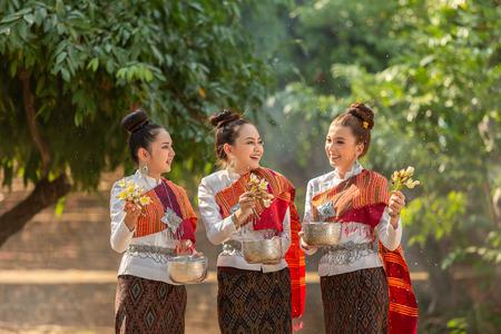Foto de Thai girls splashing water during festival Songkran festival - Imagen libre de derechos