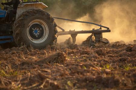 Photo pour Asian agricultural workers use tractors to prepare soil for planting. - image libre de droit
