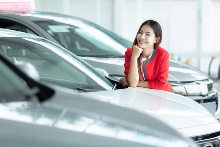 Photo pour Asian saleswoman, auto business, car sale, gesture and people concept - happy businesswoman. - image libre de droit
