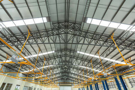 Photo pour Steel roof truss in car repair center, Steel roof frame Under construction, The interior of a big industrial building or factory with steel constructions. - image libre de droit