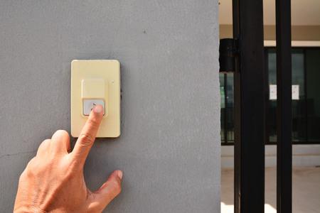 Photo pour Hands press the doorbell. - image libre de droit
