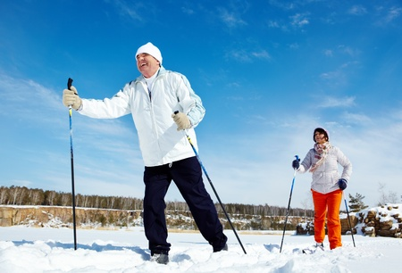 Foto de Portrait of mature couple skiing outside - Imagen libre de derechos