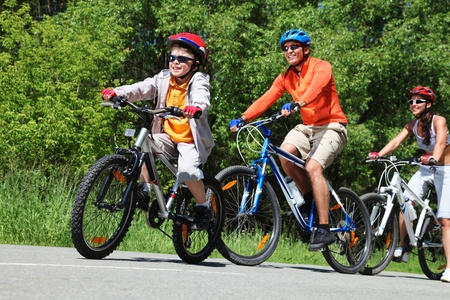 Foto de Dynamic image of a family cycling in the park - Imagen libre de derechos