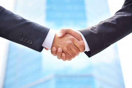 Foto de Close-up of business partners shaking hands to do business together - Imagen libre de derechos