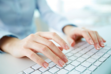 Photo pour Female office worker typing on the keyboard - image libre de droit