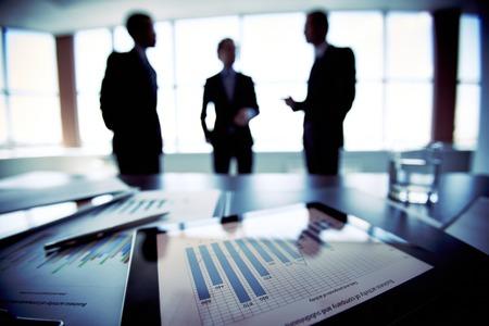 Foto de Colleagues discussing their future financial plans, only silhouettes being viewed - Imagen libre de derechos