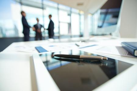 Photo pour Office table with ballpoint pen - image libre de droit