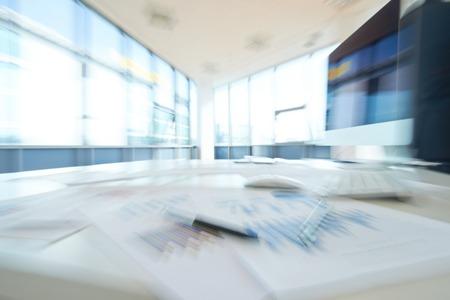 Foto de Blurred image of empty office - Imagen libre de derechos