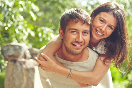 Foto de Happy couple looking at camera and smiling - Imagen libre de derechos