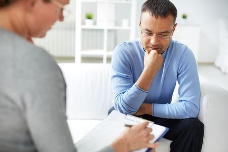 Photo pour Man sharing problems with psychologist - image libre de droit