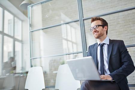 Foto de Happy businessman networking in office - Imagen libre de derechos