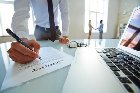 Photo pour Lawyer developing contract of partnership - image libre de droit