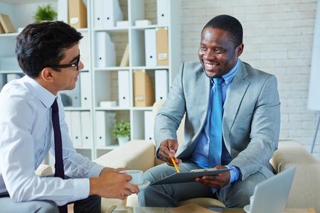 Foto de Businessman explaining terms of cooperation - Imagen libre de derechos