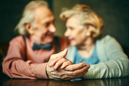 Photo pour Close-up of hands of elderly couple - image libre de droit