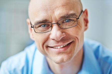 Photo pour Face of smiling businessman in eyeglasses - image libre de droit