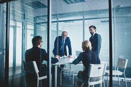Photo pour Business team having meeting by workplace - image libre de droit