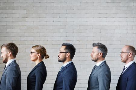 Foto de Business people standing in a row - Imagen libre de derechos
