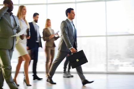 Foto de Group of business people walking in the corridor - Imagen libre de derechos