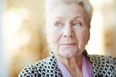 Photo pour Portrait of a beautiful senior woman - image libre de droit