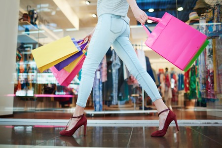 Foto de Woman passing through a boutique - Imagen libre de derechos