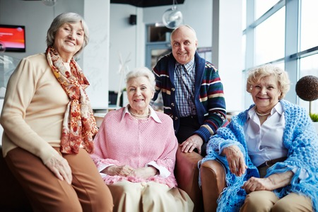Photo pour Group of happy seniors relaxing in cafe - image libre de droit