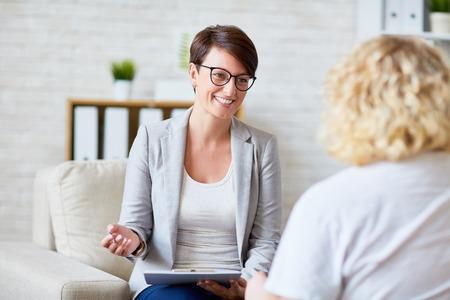 Foto de Successful psychologist talking to her patient - Imagen libre de derechos