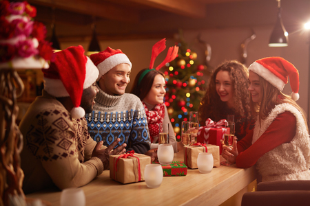 Foto de Young friends having home party on Christmas night - Imagen libre de derechos